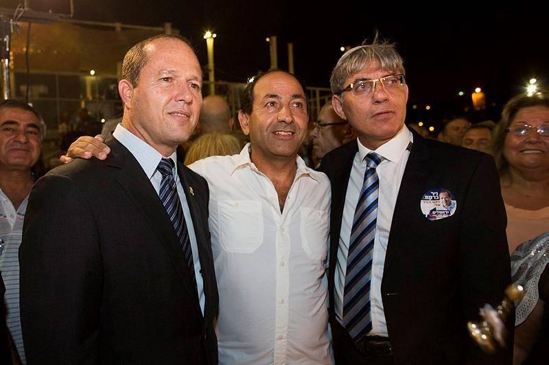 לוי (במרכז) עם ראש העיר ניר ברקת (צילום: יונתן זינדל / פלאש 90)