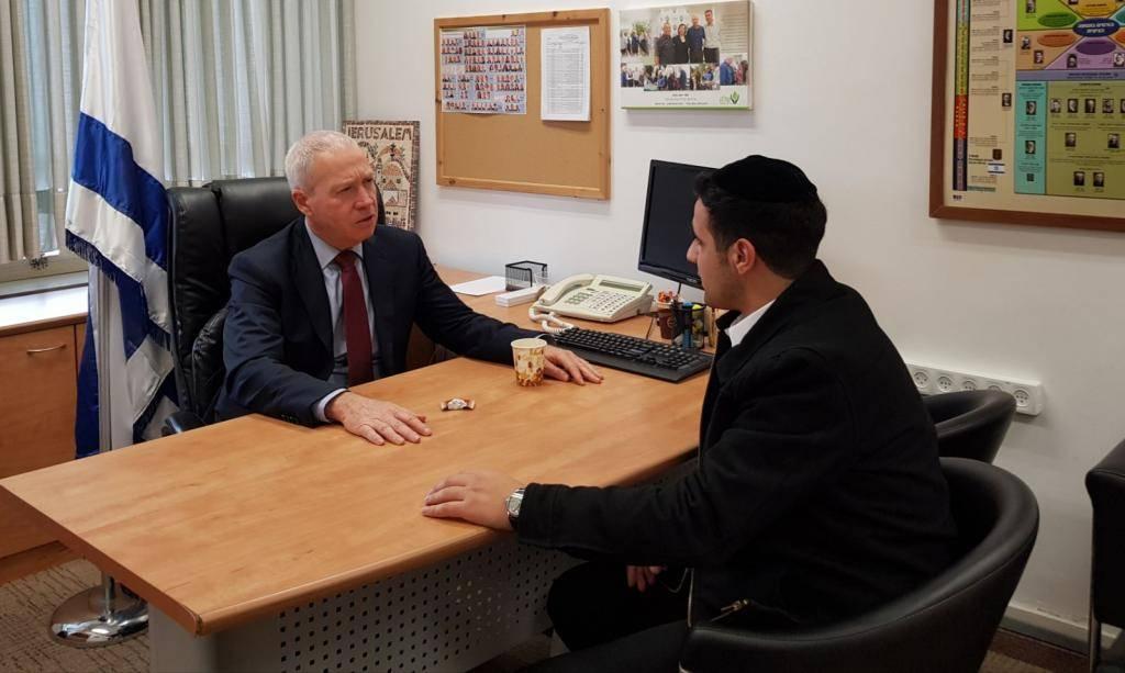 השר יואב גלנט בראיון לכתב ''כיכר השבת'' ישי כהן