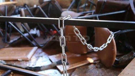 שרשראות ברזל בבית הכנסת (צילום: אלכס קולומויסקי - ynet)