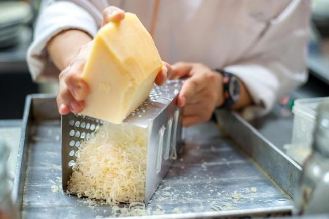 השף מדגים: זו הדרך הנכונה לגרד גבינה בפומפיה