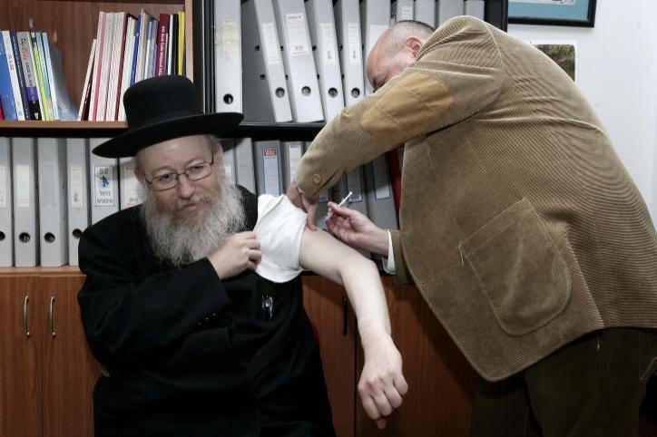 שר הבריאות ליצמן  מתחסן לשפעת החזירים ב2010. צילום: Abir Sultan/Flash 90