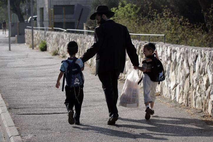 בחירת ילקוט עבור הילדים חשובה. אילוסטרציה. צילום: Abir Sultan/Flash 90