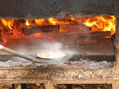 המצה שוהה בתנור בין 6 ל-10 שניות עד שהיא מוכנה.
