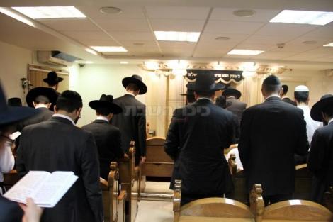 תפילה בבית הכנסת של מרן