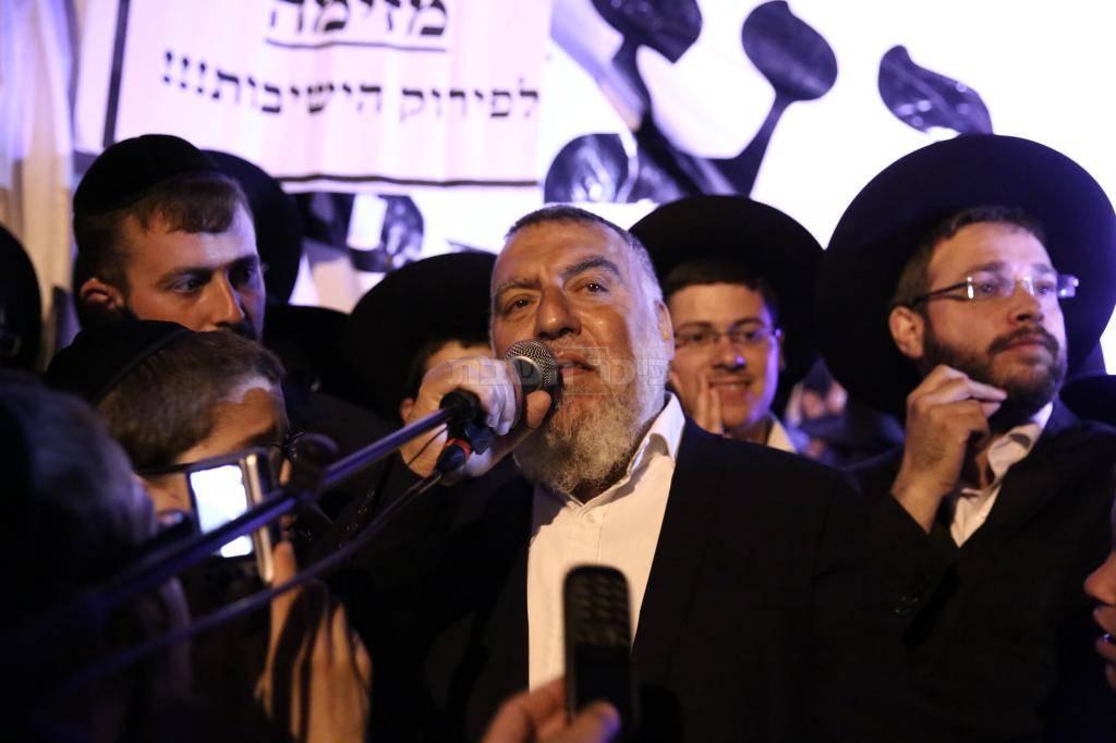 אביו של משה חזן בנאומו בהפגנה