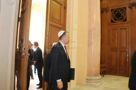 "שגריר ארה""ב יונתן כהן נכנס לטקס"