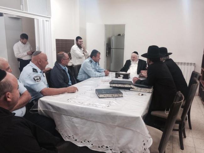 """בפגישה עם בכירי משטרת ירושלים, כסלו תשע""""ה (באדיבות המצלם)"""