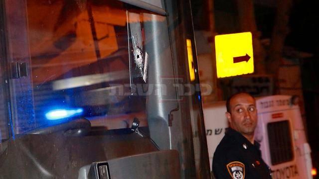 שמשת האוטובוס המחוררת מירי (צילום: דנה קופל, ynet)