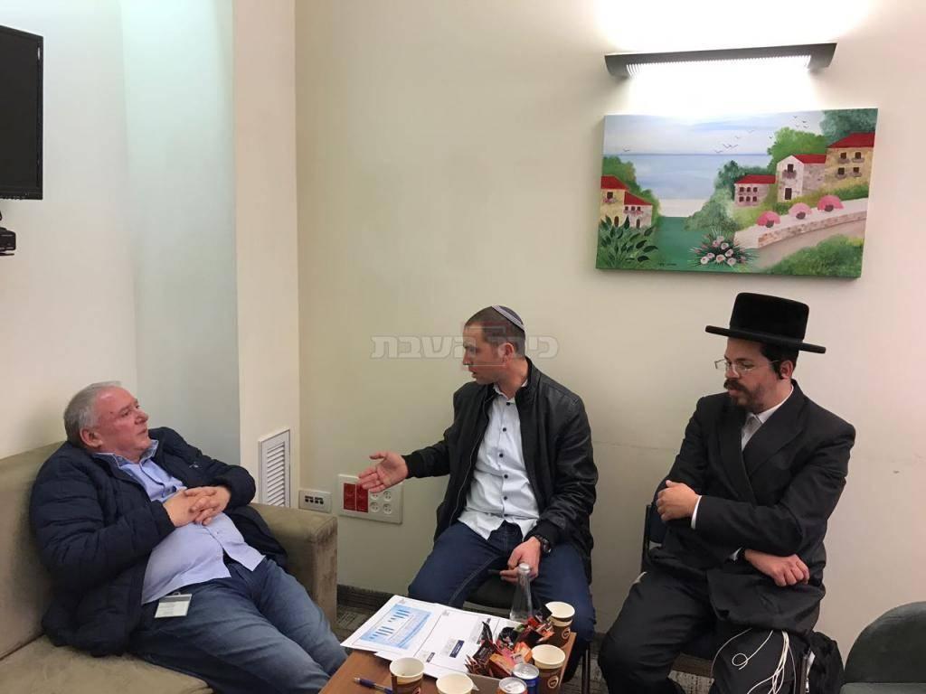 ח''כ אמסלם עם מנדי גרינבוים מנהל מוסדות ויזניץ ודוד שרפר