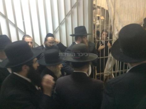 הרב דוד שפירא, הרב איסר שוב והרב אשר שטיינמן מלווים את מרן ראש הישיבה בכניסה