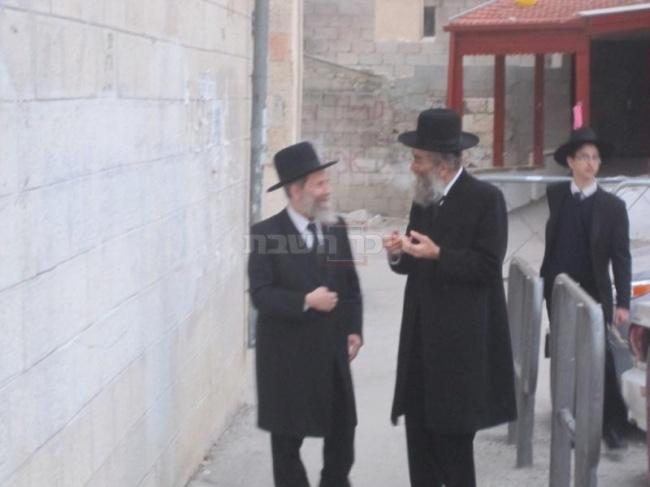 הגר''ש מרקוביץ והאב''ד הגרח''ג ציבליסט בכניסה לבית הגרי''ש בירושלים