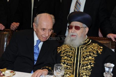 """הנשיא פרס בשנת 2011 עם מרן הגר""""ע יוסף זצ""""ל"""