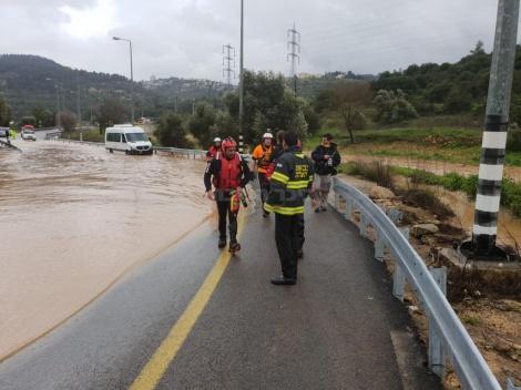 """מאמצי החילוץ (צילום: דובר כב""""ה מחוז י-ם)"""