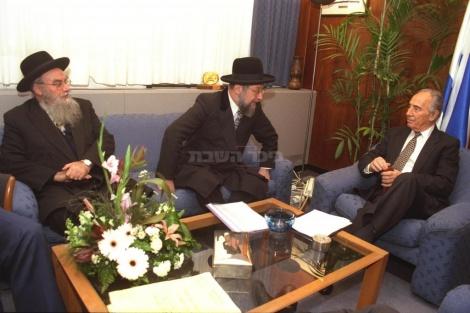 """רה""""מ פרס בפגישה עם הרבנים הראשיים הרב בקשי דורו והרב לאו ב-1995"""