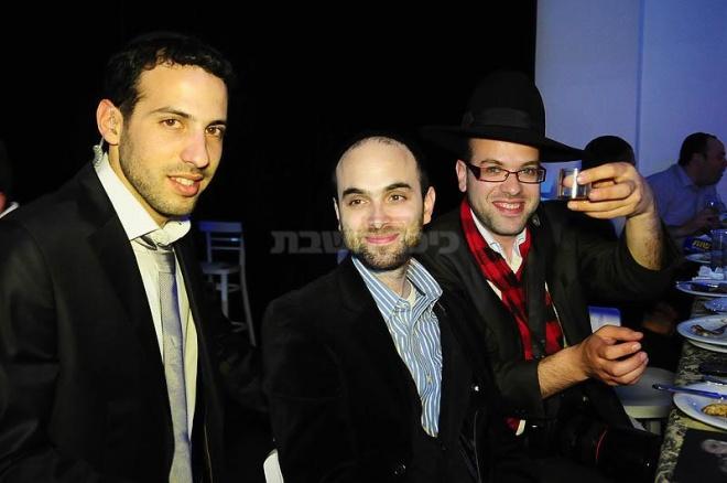 מימין: בועז בן ארי, מני גרא והמפיק מיכאל כפלין