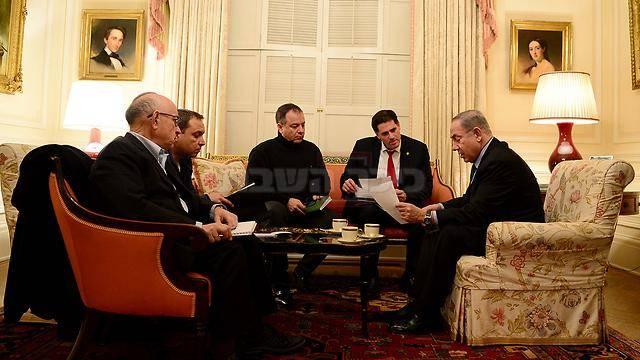 ראש הממשלה בישיבת היערכות עם צוותו המקצועי (צילום: אבי אוחיון, לע''מ)