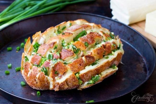 כיכר לחם נתלשת במילוי גבינות ובצל ירוק