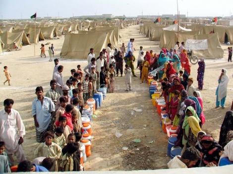 אזרחים פקיסטנים בתור לחלוקת מים  (צילום: שאטרסטוק)