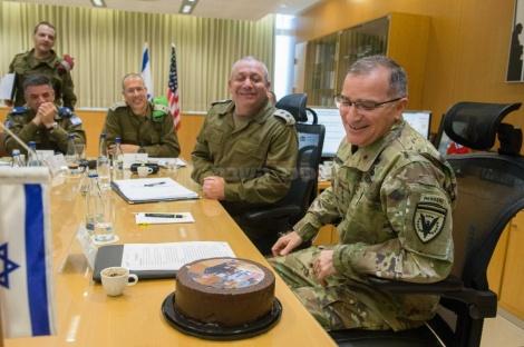 """מפקד יוקו""""ם ונאט""""ו, גנרל קרטיס סקפרוטי מקבל עוגת יום הולדת במהלך ביקור בלשכת הרמטכ""""ל"""
