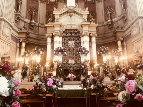 פנים בית הכנסת המפואר בערב שבועות
