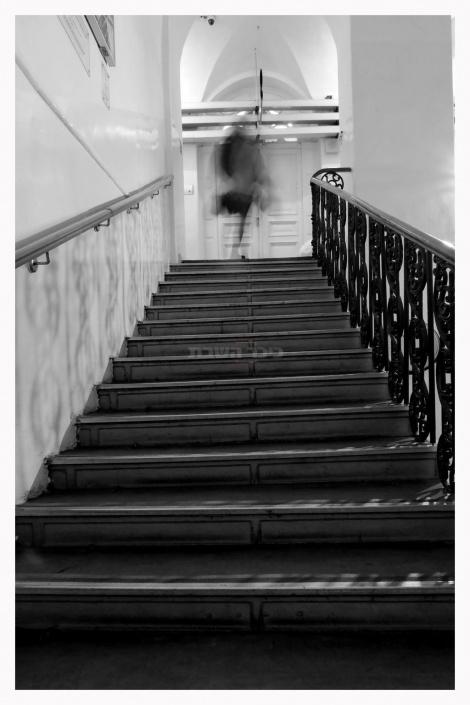"""יום בבית המשפט אחרי שההמולה והמתח מתפוגגים, יעל אשכנזי (צילום: """"אמן"""" - המרכז לאמנות חזותית לציבור החרדי)"""
