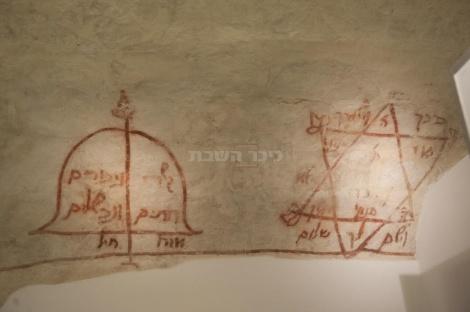 כתובות עתיקות שנמצאו בתוך בית הכנסת