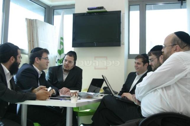מימין: יצחק נחשוני, מוטי רובינשטיין, שמעון ברייטקופף, אריה ארליך, שלומי קוק ומנחם כהן