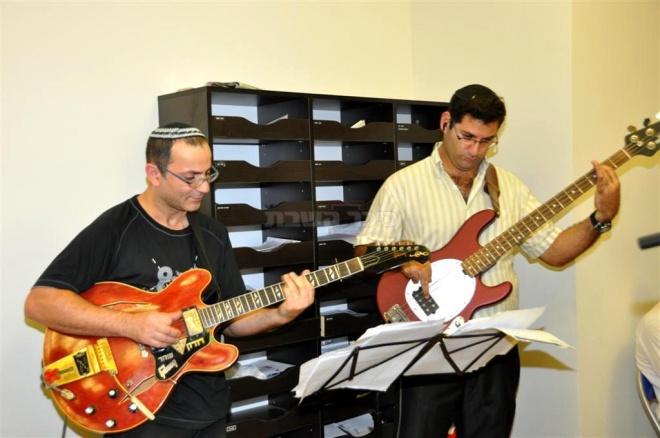 משמאל הגיטריסט, דורון שחר