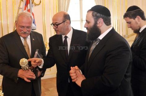 בכירי המשלחת מעניקים לנשיא את 'יד ירושלים'