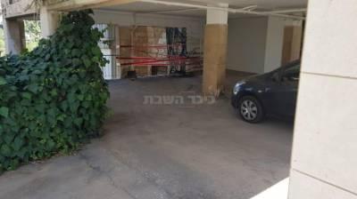 המקום ממנו נפלה האישה (צילום: דוברות המשטרה)