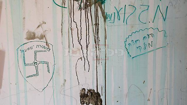 צלב קרס בבית הכנסת (צילום: אלכס קולומויסקי - ynet)
