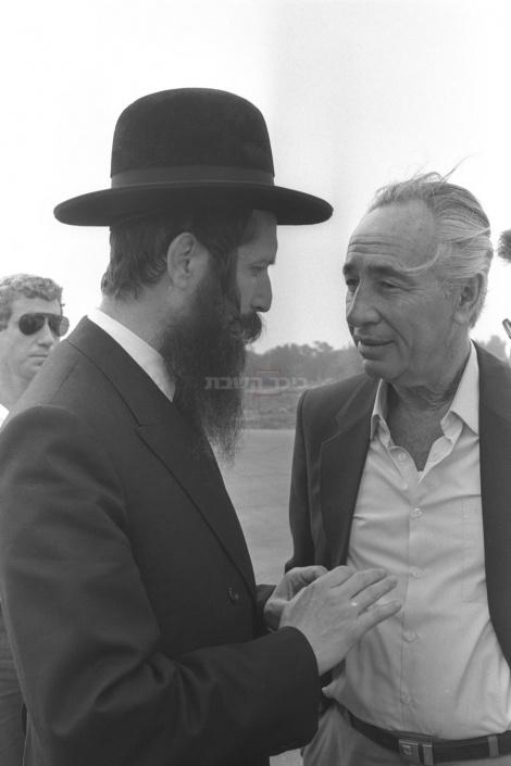 פרס, כראש ממשלה, בביקור בשנת 1985 במגדל העמק אצל הרב גרוסמן