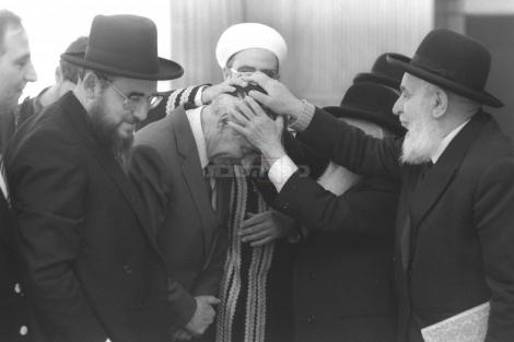 """רה""""מ פרס מקבל ברכה מרבנים לרגל חגיגות המימונה ב-1985"""
