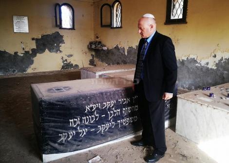 גוברין בקבר (צילום: שגרירות ישראל במצרים, באדיבות ynet)