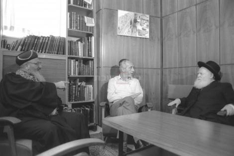 ראש הממשלה פרס בפגישה עם הרבנים הראשיים לישראל הרב שפירא והרב מרדכי אליהו ב-1984
