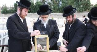 """כשהאדמו""""ר בכה על ציון הרבנית ● גלריה"""