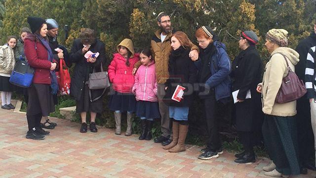 הבעל והילדים בהלוויה (צילום: אלישע בן קימון - ynet)