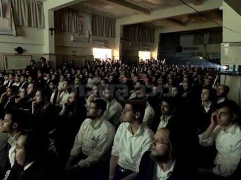 הקהל מרותק לסרטון המציג את תיעוד המיסיונרים המחופשים לחרדים