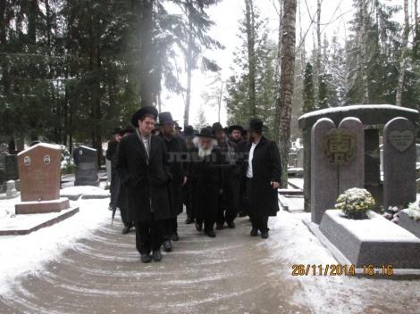 """בביקור הנדיר בקבר סבו הגרב""""ב ליבוביץ זצ""""ל בליטא, בעת הקמת המצבה"""
