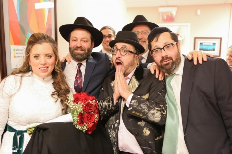 ליפא שמלצר והזוג המאושר | צילום: חיים טוויטו