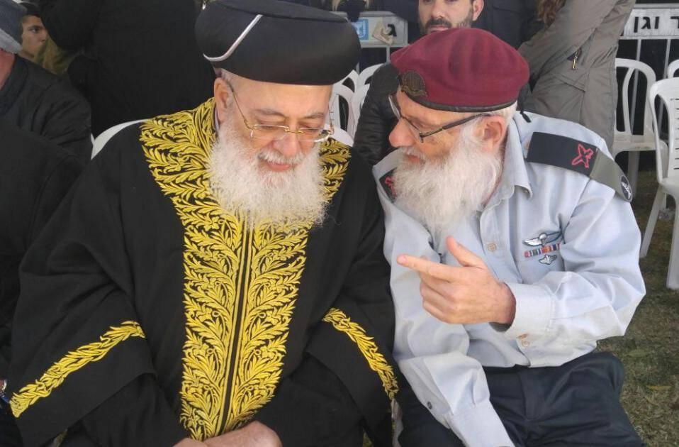 הגר''ש עמאר עם הרב הראשי הצבאי בהלוויה