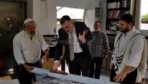 צביקה כהן בבית הכנסת, הבוקר