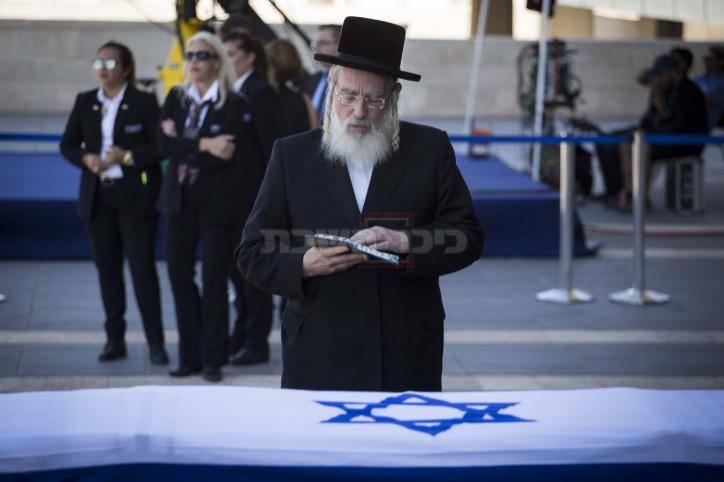 ח''כ ישראל אייכלר קורא תהילים ליד ארונו של פרס (צילום: תומר נויברג - פלאש 90)
