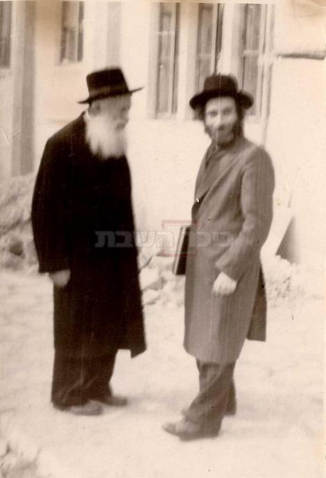 """עם מרן הרב מפוניבז', הגרי""""ש כהנמן (צילום: באדיבות הספר """"רבי אהרן לייב"""")"""