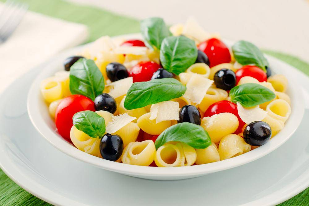 פסטה, גבינות, עגבניות וזיתים. צריך יותר מזה? אילוסטרציה. צילום: שאטרסטוק