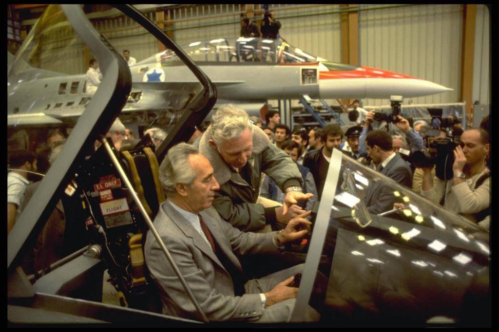 פרס בוחן את מטוס ה'לביא' הישראל (צילום:HERMAN CHANANIA לע
