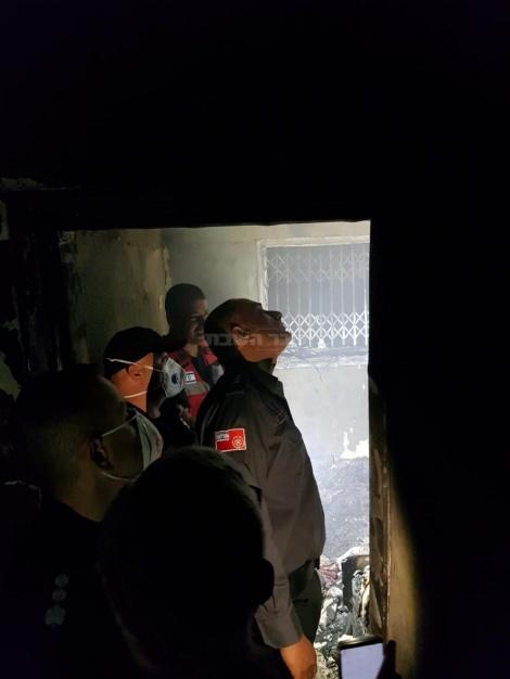 """נציב כבאות והצלה רב טפסר דדי שמחי מקבל סקירה בזירה (צילום: כב""""ה מחוז יו""""ש)"""