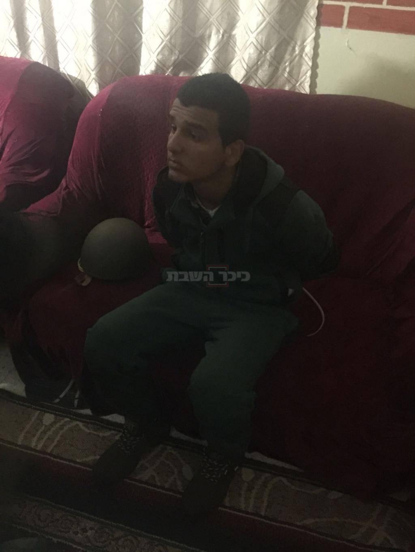 """המחבל מוראד אדעיס לאחר מעצרו (צילום: תקשורת שב""""כ)"""