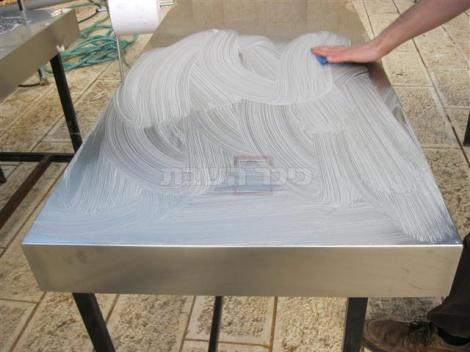 בתום כל סיבוב  של אפייה מנקים את משטחי העבודה היטב במים וסבון.