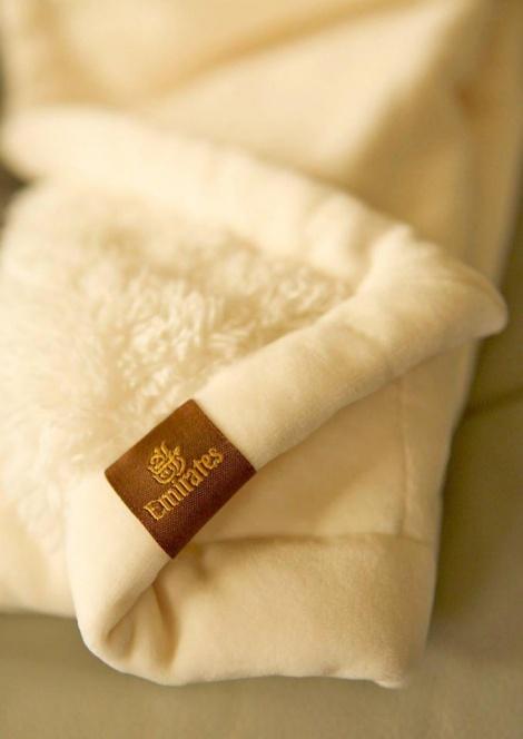שמיכה מקטיפה וצמר כבשים מלאכותי (צילום: Emirates)
